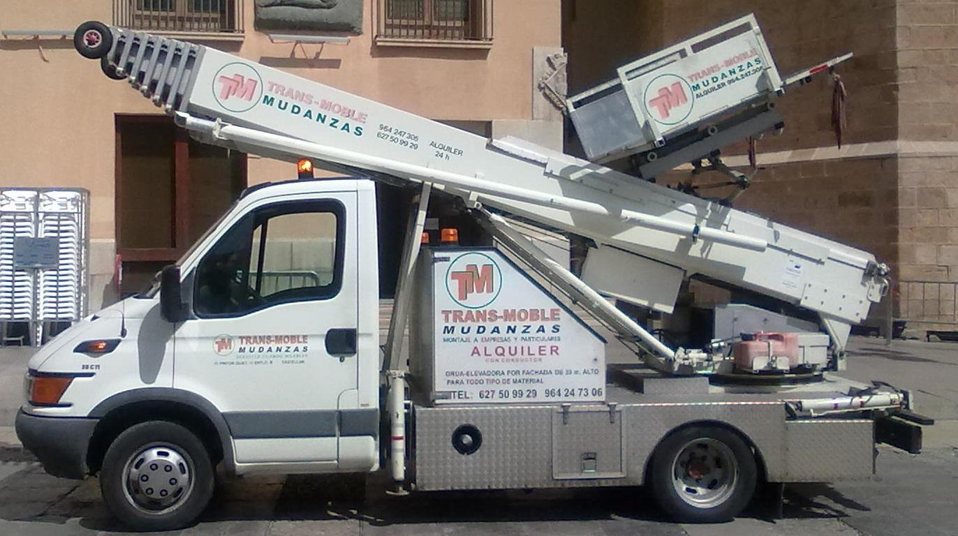 camion grua elevadora por fachada castellon